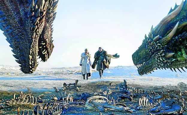 personaje de jon nieve con daenerys y dragones