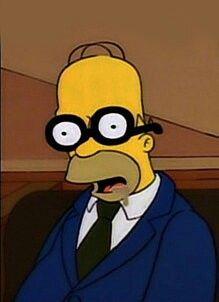 Homer Simpson con gafas de empollón