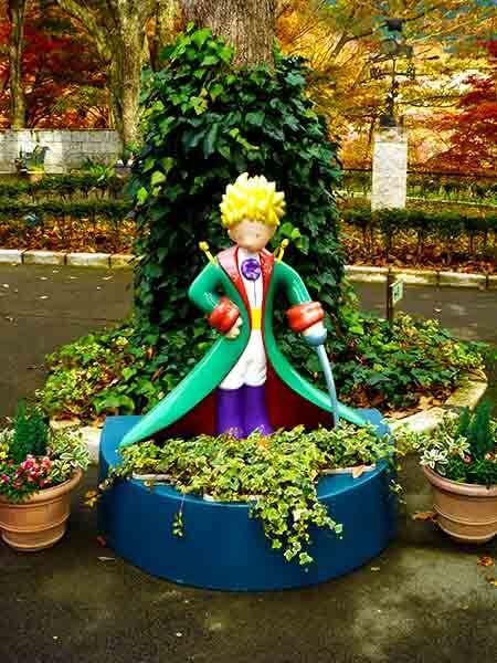 Estatua del principito de colores
